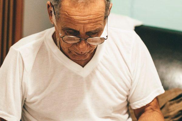 vieil homme perdu papiers